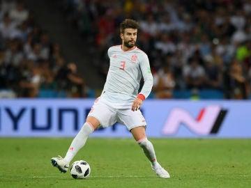 Gerard Piqué conduce el balón
