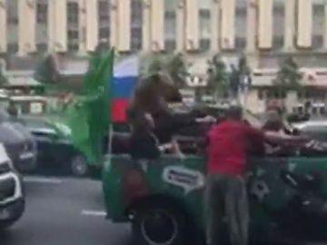 Polémico vídeo de un oso tocando una vuvuzela subido a un coche en Moscú