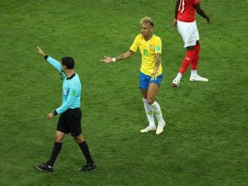 Neymar protesta una acción al colegiado
