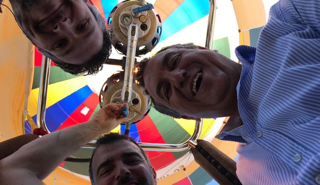 Roberto Brasero, recibiendo el verano en globo