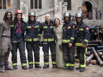 Michelle Jenner y Aitor Luna junto al cuerpo de bomberos