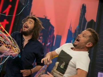 Salvador Sobral y El Monaguillo montan una gran juerga en 'El Hormiguero 3.0'