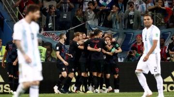 Los jugadores croatas celebran uno de los goles contra Argentina