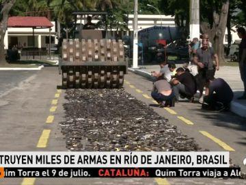 Una apisonadora destruye casi 9.000 armas confiscadas y entregadas de manera voluntaria en Brasil