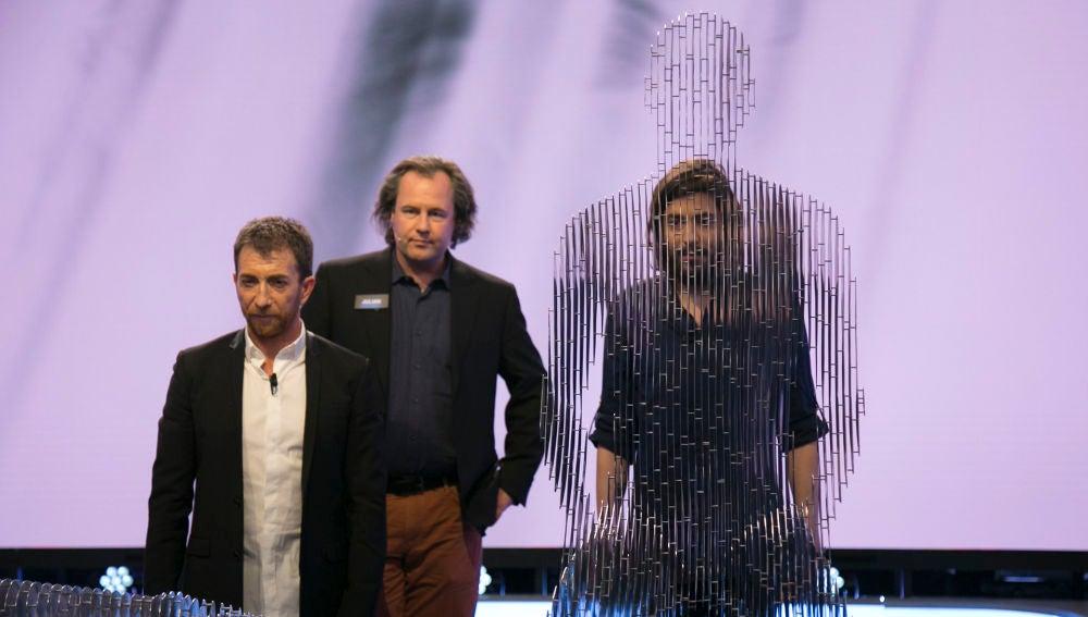Salvador Sobral se camufla en 'El Hormiguero 3.0' entre las fantásticas esculturas invisibles de Julian Voss-Andreae