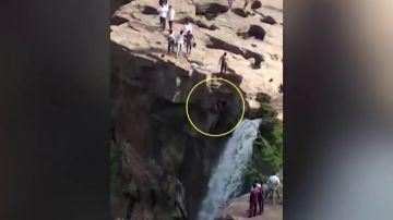 Muere un joven que intentaba tomarse un selfie en la catarata de Gokak