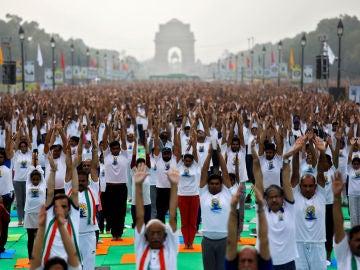 Gente practicando yoga en la India Gate de Nueva Delhi