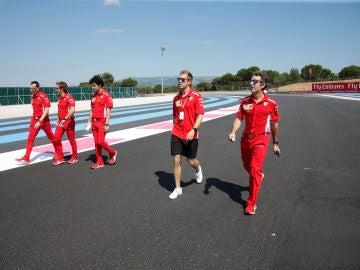 Vettel camina por el circuito Paul Ricard con miembros de Ferrari