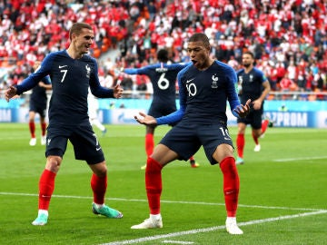 Mbappé y Griezmann celebran el gol de Francia ante Perú
