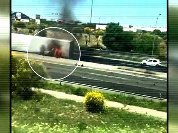 Así fue el momento en el que el conductor del vehículo logró escapar de las llamas del camión que ha ardido en la A-1