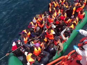 Rescatan a 103 inmigrantes de dos pateras en el mar de Alborán