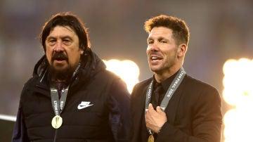 Simeone, junto al 'Mono' Burgos en la celebración por la Europa League