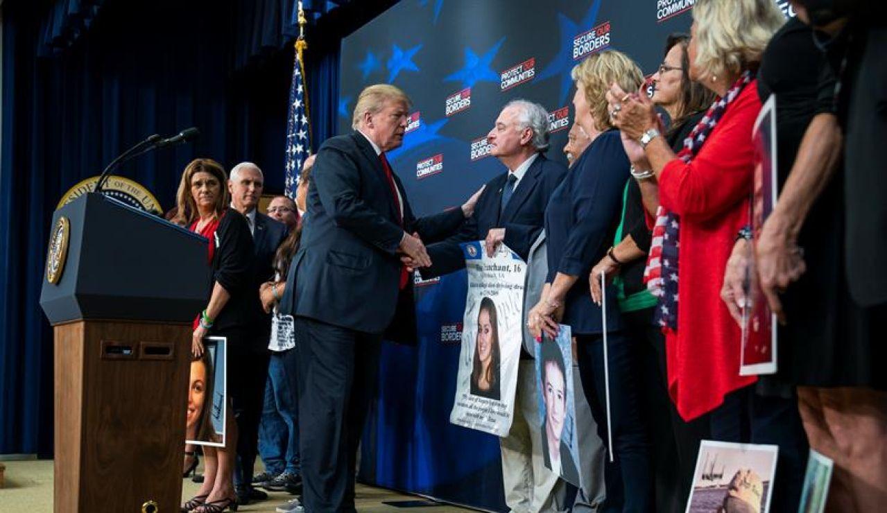 Trump consuela a padres cuyos hijos fueron asesinados por inmigrantes