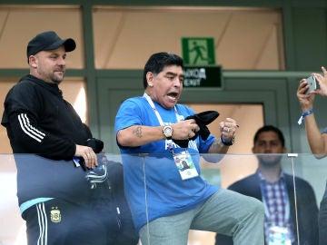 Maradona, en la grada durante el Argentina - Croacia
