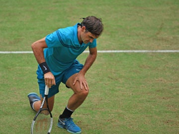 Federer hinca la rodilla en Halle