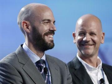 El fundador y CEO de Cabify, Juan de Antonio (i) junto al director general de Airbnb para Europa, Jeroen Merchiers (d)
