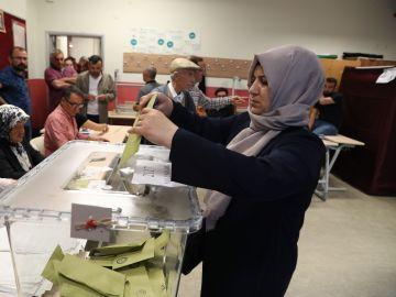 Una mujer turca votando en las elecciones de Turquía