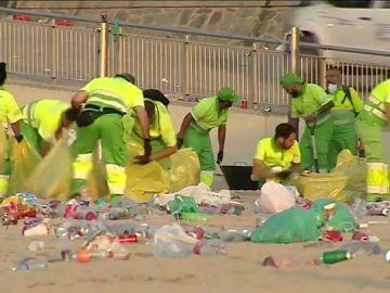 La limpieza tras las fiestas de San Juan: un trabajo a contrarreloj para dejar impecables las playas de España