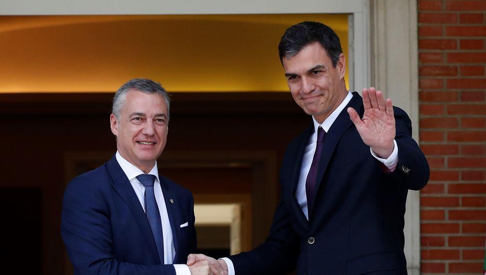 El presidente del Gobierno, Pedro Sánchez, saluda al lehendakari, Íñigo Urkullu