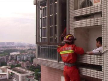 Rescatan a un niño de un piso 24 en un rascacielos en China