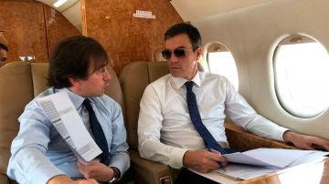 Pedro Sánchez con gafas de sol en el Falcon presidencial