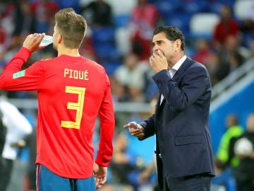 Fernando Hierro conversa con Piqué