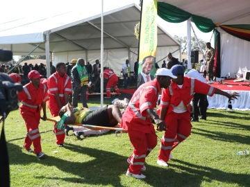 Miembros de la Cruz Roja atienden a los heridos en el atentado contra el presidente de Zimbabue