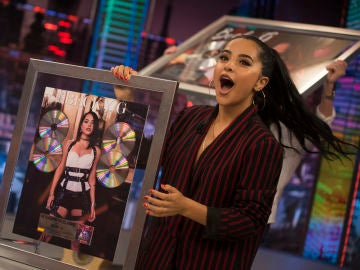 Becky G recibe en 'El Hormiguero 3.0' el Disco Platino por 'Mayores' y 'Sin Pijama'