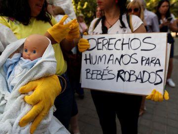 Víctimas de la supuesta trama de bebés robados se han concentrado en la entrada de la Audiencia Provincial