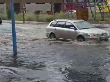 Una tromba de lluvia y granizo sorprende e inunda León