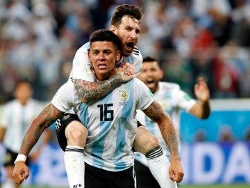 Marcos Rojo y Messi celebran el segundo gol ante Nigeria