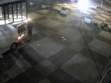 Estrellan una furgoneta en la sede de un periódico holandés para después prenderle fuego