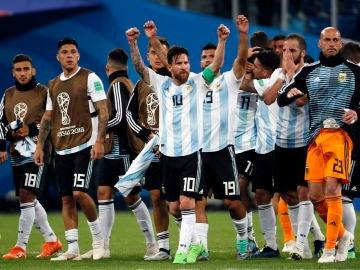 Leo Messi celebra el pase a octavos junto a sus compañeros