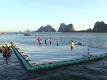 Un campo de fútbol flotante para los niños de un pueblo pesquero