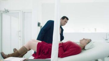 "El ginécologo se ofrece a embarazar a Defred: ""Waterford seguramente sea estéril"""