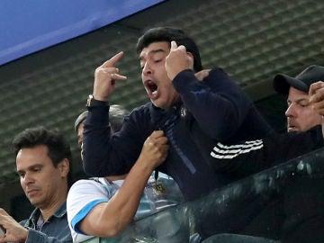 Maradona celebra el gol de Rojo ante Nigeria