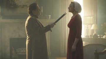Defred es torturada por enfrentarse a Tía Lydia durante el interrogatorio por Deglen