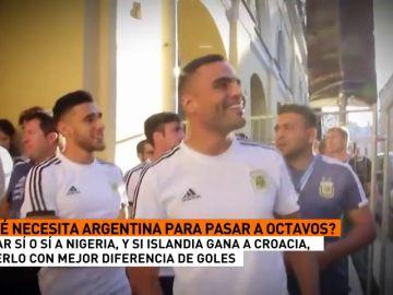 Varios jugadores argentinos salieron a saludar a aficionados antes de la 'final' ante Nigeria