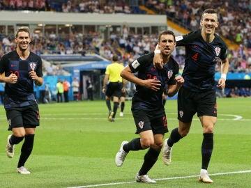 Los jugadores croatas celebran un gol ante Islandia