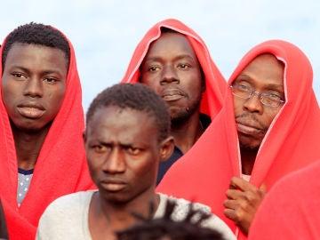 Un grupo de migrantes llega al puerto de Tarifa