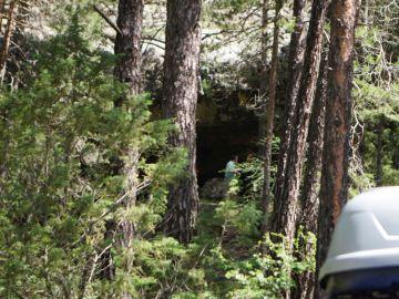 Boca de la cueva de La Obriga, donde se está desarrollando la búsqueda.
