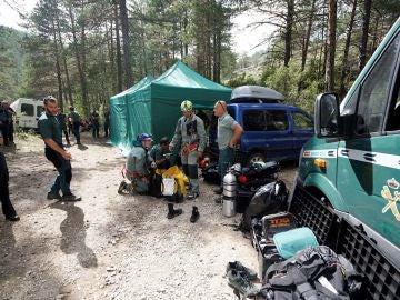 Agentes de la Guardia Civil trabajan en el operativo de rescate para localizar en la cueva de La Obriga