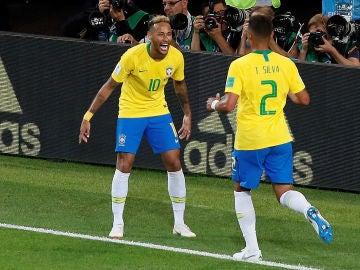 Neymar celebra el tanto de Thiago Silva
