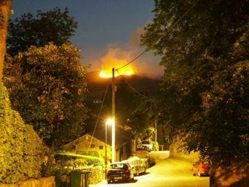 Un incendio forestal obliga a evacuar más de treinta viviendas en Gran Manchester, Inglaterra