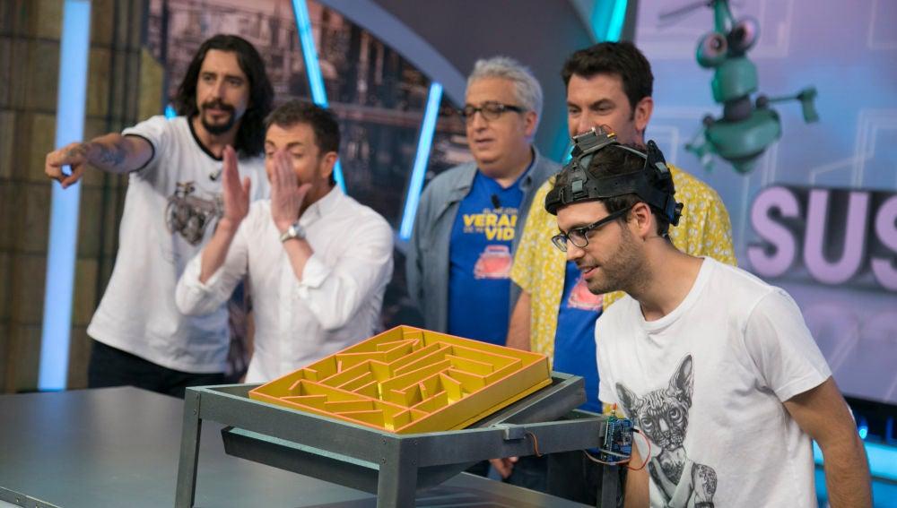 Arturo Valls prueba suerte en el laberinto robótico de bolas de 'El Hormiguero 3.0'