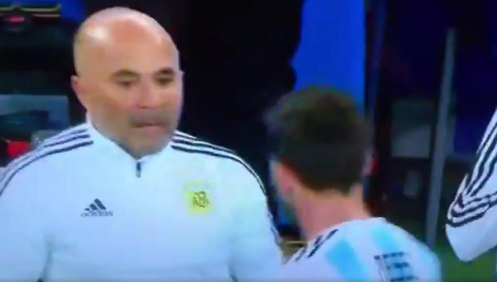 Sampaoli y Messi hablan en la banda