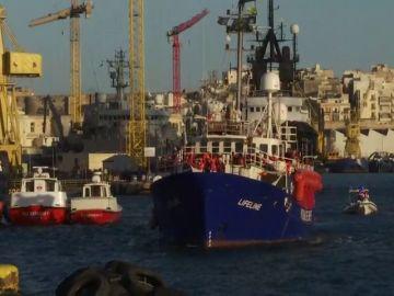 El barco Lifeline con unos 230 inmigrantes a bordo llega a Malta tras seis días en el Mediterráneo