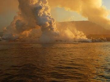 Imagen de la humareda del volcán