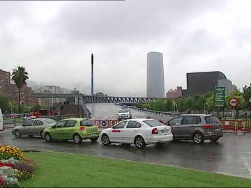 El Puente Euskaduna de Bilbao amanece cerrado al tráfico por un desplazamiento en su estructura