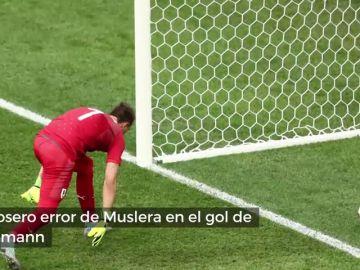 Enésima 'cantada' mundialista: el grosero error de Muslera en el gol de Griezmann